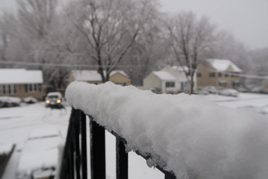 The+flakes+are+fluffy+in+the+Emerson%2C+NJ%2C+area.+Several+inches+of+snow+piled+up+on+the+railing+of+this+deck.+About+8+to+12+inches+of+snow+are+expected+to+fall+by+evening.